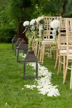 Cérémonie laïque arche pétales de roses lanternes