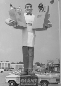 Giant Foods of America Statue - This blogger says there is another giant statue at the state-line. It looks like the same statue without the groceries!