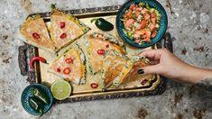 Výmluvy, že máte málo času, aproto se nestíháte kvalitně najíst, nepřijímáme! Sýrovou quesadillu máte totiž hotovou do 10 minut apokaždé ji můžete naplnit něčím jiným. Třeba jako my krémovým tuňákem aodškrtnout si tak rovnou ipřísun ryb, co vy na to? Quesadilla, Mozzarella, Tacos, Bread, Ethnic Recipes, Quesadillas, Brot, Baking, Breads