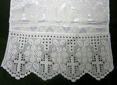 ΠΡΟΣΚΥΝΗΤΑΡΙ. Σατέν λευκό ύφασμα με ιερατικό ζακάρ σχέδιο.Πλεχτή δαντέλα με το βελονάκι,με σταυρούς στο κέντρο.τηλ:22210 74152.