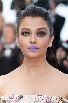 Aishwarya Rai Bachchan showcased a rather fashion-forward lip color at the premiere of her film Sarbjit, at the Cannes Film Festival. Did she pull it off?