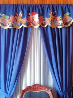Cenefa navideña con tecnica de pintura en tela y bordeadores escarchados.