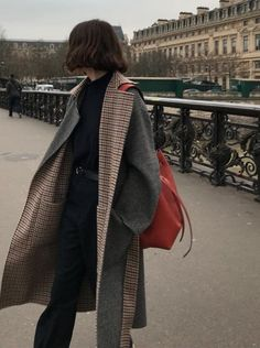 Plaid + gray reversible winter coat // all black winter outfit with gray coat // how to style red accessories // minimal fall fashion // minimal winter fashion Aesthetic Fashion, Look Fashion, Aesthetic Clothes, Winter Fashion, Aesthetic Outfit, Fashion Women, Korean Fashion Fall, Fashion Children, Aesthetic Dark