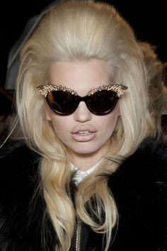 want these sunglasses :)