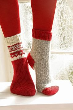 "Twinkle Toes – Knitted DROPS Christmas socks with pattern from ""Karisma"". Size 22 – – Free oppskrift by DROPS Design Drops Design, Knitted Slippers, Crochet Slippers, Fair Isle Knitting, Knitting Socks, Knit Socks, Knitting Needles, Knitting Patterns Free, Free Knitting"