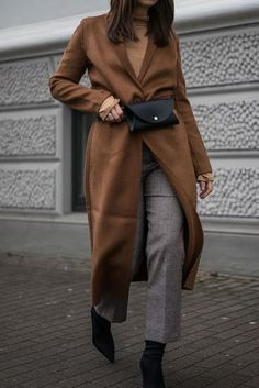 Sock Boots im coolen Winter Street Style kombiniert mit Camel Mantel und Gürtel… Sock boots in a cool winter street style combined with camel coat and belt pouch Camel Coat Outfit, Böhmisches Outfit, Sock Boots Outfit, Outfit Work, Winter Outfits For Teen Girls, Winter Outfits For Work, Outfit Winter, Winter Boots, Mode Outfits