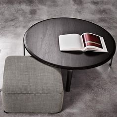 I tavolini Perry hanno la gamba in alluminio pressofuso color Peltro che esprime una rara pienezza materica. Con il top in legno massello, il connubio è di moderna eleganza che l'usura del tempo renderà più affascinante, più caldo e vissuto.