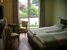 Unsere ruhigen Doppelzimmer (23qm) sind modern und komfortabel ausgestattet mit Bad (Dusche, WC), Haartrockner, Handtuchwärmer, Telefon, WLAN und Flachbildfernseher.