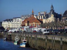 Trouville-sur-Mer - Côte Fleurie : bâtiments de la station balnéaire, dont l'un abritant l'hôtel de ville (mairie), et chalutiers amarrés