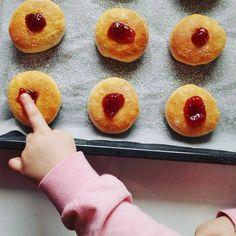 Šišky do rúry bez oleja - Receptik.sk Doughnut, Desserts, Instagram, Food, Tailgate Desserts, Deserts, Essen, Postres, Meals