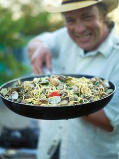 Jamie's spaghetti vongole 1 kg small clams, from sustainable sources, ask your fishmonger, scrubbed clean 1 small bunch fresh flat-leaf parsley 4 cloves garlic 10 cherry tomatoes 250 ml white wine 400 (Jamie Oliver Recipes Easy) Clam Pasta, Pasta Dishes, Seafood Recipes, Pasta Recipes, Cooking Recipes, Lasagne Recipes, Risotto Recipes, Peasant Food, Bon Appetit