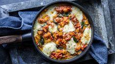 Pastagrateng med gnocchi, tomatsaus og mozzarella Gnocchi Pasta, Mozzarella, Food To Make, Food And Drink, Vegan, Ethnic Recipes, Desserts, Cooking Food, Recipes