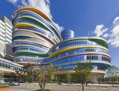 Construido en 2015 en Filadelfia, Estados Unidos. Imagenes por Jeff Goldberg/Esto. El diseño de PCPA del Centro Buerger es una adición dinámica al campus principal del CHOP en el oeste de Filadelfia. Compuesto por formas ondulantes...