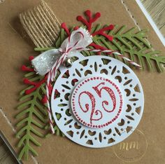 Cartes de Noël avec le framelits Joyeuses Etiquettes et Thinlits Branches et pommes de pin par Marie Meyer Stampin up - http://ateliers-scrapbooking.fr/