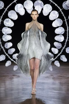 kinetic fashion - Kinetic fashion is the overarching theme of Dutch designer Iris van Herpen's debut during Paris Haute Couture week. The collection is simply . Iris Van Herpen, We Will Rock You, Infinity Dress, Silk Organza, Couture Week, Couture Fashion, Paris Fashion, Fashion Details, Fashion Fashion