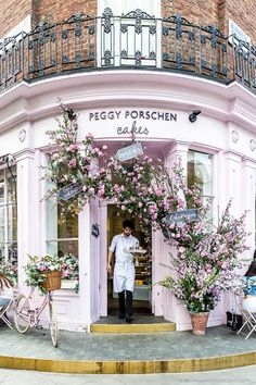 Peggy Porschen cafe and cake shop is one of the prettiest cafes in London. The flower covered facade is beautiful. #shop #cafe #london #pink #flowers