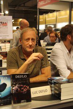 De getalenteerde misdaadauteur Deflo signeert.