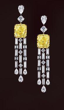 Orecchini pendenti in oro bianco, diamanti e diamante giallo