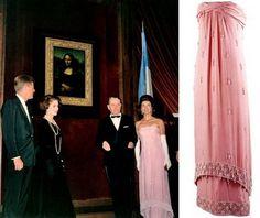 En la inauguración de esa exposición, en 1963, en la Galería Nacional de Arte de Washington, Jackie llevó este vestido de seda y cuentas de porcelana de Oleg Cassini.