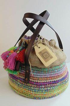 "Burlap + colors (colorful tassels) ""Berta Vergara Santos de www. Crochet Purses, Crochet Bags, Knit Crochet, Handmade Handbags, Handmade Bags, My Bags, Purses And Bags, Craft Bags, Fabric Bags"