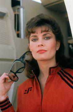 JANE BADLER est une actrice américaine, née le 31 décembre 1953 à Brooklyn, New York. En 1983, elle obtient le rôle de Diana dans la série culte V (1983), V : La Bataille finale (1984) et V : La série (1984-1985). Diana incarne la « méchante » de la série : une scientifique commandant de la flotte de lézards extraterrestres et prédateurs qui envahissent la Terre. Exilée en Australie, elle rencontre Peter Graves, et on la retrouve en 1990 dans la série Mission impossible, 20 ans après.