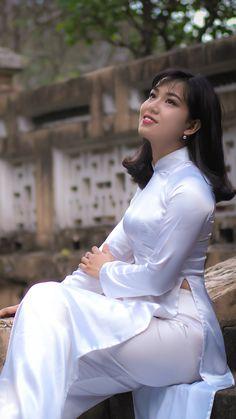 Pretty Asian Girl, Beautiful Asian Girls, Most Beautiful Women, Ao Dai, Satin Saree, Sexy Hips, Dress Trousers, Beautiful Bollywood Actress, Girls Image