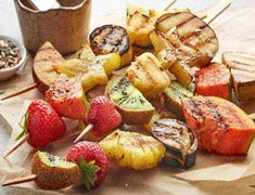 Stay on track with your weight loss goals during your next cookout with these 3 barbecue recipes under 300 calories your entire family will enjoy! Strawberry Cake Recipes, Fruit Recipes, Healthy Recipes, Pancake Recipes, Grill Dessert, Catering Trays, Buttered Corn, Creamy Potato Salad, Dry Bread