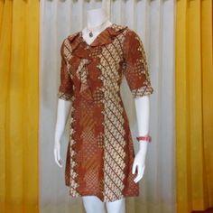 Bagaimana cara tampil lebih cantik dan feminin bisa dengan mengenakan busana model dress dari kain batik
