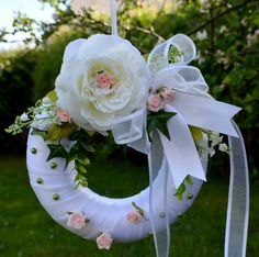 Svatební věnec na dveře..Tady bydlí nevěsta Věděli jste , že ozdobený přírodními či umělými materiály, pentlemi, květinami a umístěný na dveřích nevěstina domu symbolizuje slávu, čest a radost a přináší štěstí ? Na věnci by měl být vždy použít břečťan, který symbolizuje věrnost, přátelství, stálost, věrnost a vytrvalost. Svatební věnec na ...