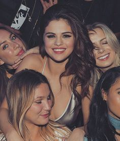 so many beautiful women in this world.respect them all.your smile gets me every time. Estilo Selena Gomez, Selena Gomez Fotos, Selena Gomez Style, Selena Gomez Smiling, Selena Gomez Eyes, Selena Gomez Friends, Selena Gomez Tour, Alex Russo, Divas