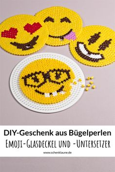 Geschenkidee für Sommer-Geburtstagskinder: Emoji-Glasscover aus Bügelperlen. Damit landet garantiert kein ungebetener Gast mehr im Getränk ;-)