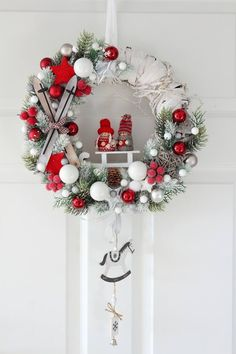 Inspiring Christmas Wreaths Ideas For All Types Of Decor Christmas Advent Wreath, Paper Christmas Decorations, Christmas Wall Hangings, Christmas Flowers, Noel Christmas, Holiday Wreaths, All Things Christmas, Theme Noel, Boxing Day