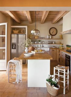 La cocina  Con armarios de roble machihembrado. Taburetes de Jordi Batlle Puig.