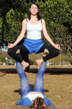 3 - Trono aberto: Base posiciona os pés na coxa interna do voador, que entrelaça as pernas na parte da frente da base para firmar, com o queixo no peito, trabalhando o equilíbrio. (Zuleika de Souza/CB/D.A Press)