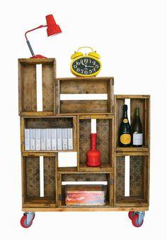 Mueble con cajas de frutas.
