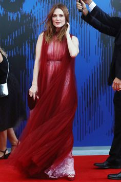 See the Best Looks from the 2017 Venice Film Festival Red Carpet- Julianne Moore looks like a goddess in a fuchsia Valentino gown with scarlet tulle overlay and Chopard jewelry to the Annual Franca Sozzani Awards at the Venice Film Festival. Julianne Moore, Kate Bosworth, Jane Fonda, Amanda Seyfried, Festival 2017, Film Festival, Celebrity Red Carpet, Celebrity Style, Valentino Gowns