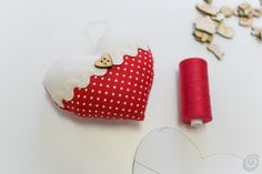 Over 30 unique Christmas wreath ideas make your door charming for the holidays, & Christmas Crafts For Gifts, Christmas Projects, Craft Gifts, My Funny Valentine, Valentine Crafts, Fabric Hearts, Fabric Flowers, Lavender Bags, Heart Template