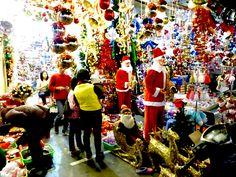 Weihnachtsfachgeschäft in Hanoi, das unser Angebot weit in den Schatten stellt... Vietnam, Hanoi, Christmas Tree, Holiday Decor, Home Decor, December, Shadows, Pictures, Teal Christmas Tree