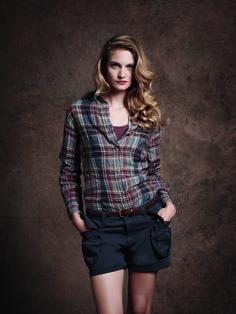 Eden Park – Look Femme / Woman Chemise à carreaux en lin, débardeur en coton, short et ceinture tressée en cuir www.eden-park.com