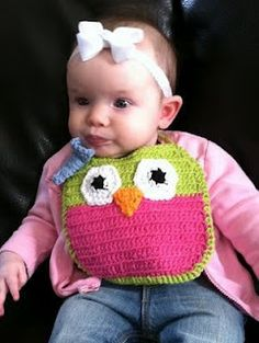 Oh my gosh! I think my neice needs this! love this owl bib - really fun idea to crochet critter bibs Crochet Baby Bibs, Crochet Owls, Crochet Home, Crochet Animals, Crochet Crafts, Crochet Shawl, Crochet Yarn, Knitting For Kids, Baby Knitting