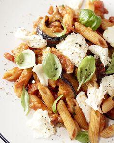 Een snelle en toch zeer smaakvolle pasta met aubergine, mozzarella en verse basilicum. Een snelle doordeweekse vegetarische pasta om van te genieten! Veggie Recipes, Pasta Recipes, Vegetarian Recipes, Healthy Recipes, Healthy Food, Food N, Good Food, Yummy Food, Vegan Food