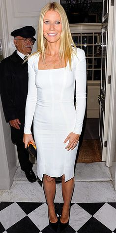 Party Dress du Jour: Gwyneth Paltrow in a Tom Ford LWD & Tom Ford clutch & pumps while hosting a fundraiser for Barack Obama at Mark's Club in London. Gwyneth Paltrow, White Cocktail Dress, White Dress, White Gowns, Cocktail Dresses, Dress Black, Reptiles, Night Looks, Crepe Dress