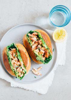 Een lobster roll maak je net zo makkelijk zelf. Wij geven het recept. We gebruiken rivierkreeftjes in plaats van kreeft. Budgetproof dus!