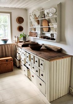 Rustic kitchen with white cabinets Vintage House: TEMA:KÖK Rustic Kitchen Cabinets, Primitive Kitchen, Country Kitchen, New Kitchen, Kitchen Rustic, Kitchen Ideas, Kitchen Tools, Old Farmhouse Kitchen, Kitchen Island