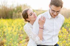 Séance d'engagment par Caroline (Estellane Photographie) dans les champs, printemps, avril, wedding, french, love, coeur, inspiring, colza, yellow, lovers,