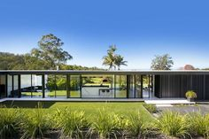 Sarah Waller's Doonan Glass House is a minimal take on the modernist design. Completed in and situated in Noosa Heads, Queensland, Australia. Architecture Design, Australian Architecture, Minimalist Architecture, Contemporary Architecture, Concrete Architecture, Glass House Design, Simple House Design, Bungalow, Casas Country