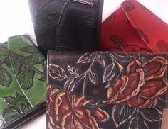 Rosen - Geldbörse aus geprägtem Leder in klassischer Form, Design von déqua. Elegantes Portemonnaie in handlicher Form, sehr geräumig und passt in jede Handtasche!