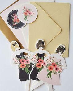As madrinhas vão se encantar por estes convites super estilosos em formato de bonequinhas de papel. Cada madrinha recebe uma bonequinha-convite, personalizada com o look que deverá usar no dia do casamento. ✨ Super criativo!! {via @firstsnowgirl website} #armazeminspira