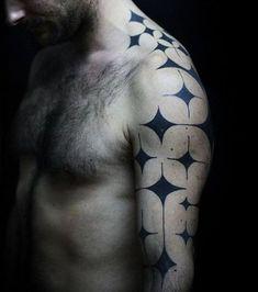 Tatouage d'étoiles noires sur le bras