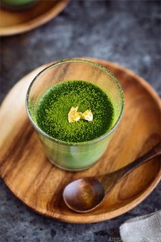 Try this DELICIOUS and CREAMY Matcha Panna Cotta thats VEGAN! Its made with soy milk kanten powder sugar and matcha. Served on beautiful glass ramekins they will look smashing on your holiday table. Easy Japanese Recipes, Japanese Food, Japanese Cake, Japanese Sweets, Green Tea Recipes, Sweet Recipes, Easy Recipes, Vegan Desserts, Vegan Recipes